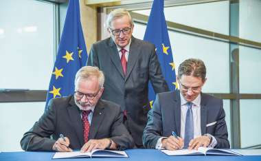 Image: Werner Hoyer, President of the European Investment Bank, Jean-Claude Juncker, President of the Commission, and Jyrki Katainen, Vice-President of the Commission, at the signing of the European Fund for Strategic Investments agreement, Brussels, 22 July 2015 © European Union