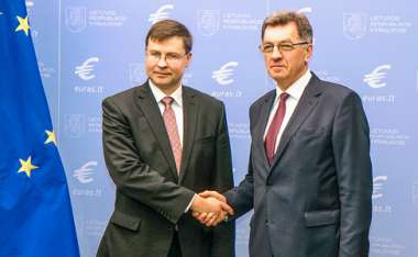 Image: Commission Vice-President Valdis Dombrovskis and Algirdas Butkevičius, Prime Minister of Lithuania, commemorate Lithuania's entry into the euro area, Vilnius, Lithuania, 14 January 2015. © European Union
