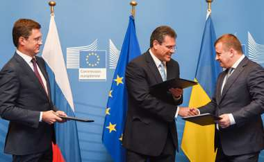 Image: Commission Vice-President Maroš Šefčovič (centre), Alexander Novak, Russian Minister for Energy (left), and Volodymyr Demchyshyn, Ukrainian Minister for Energy and Coal Industry (right) after reaching agreement on the winter package of gas deliveries to Ukraine, Brussels, 25 September 2015.  © European Union