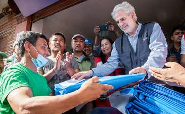 Image: Commissioner Christos Stylianides helps distribute EU relief assistance in Nepal after the earthquake which killed over 8 500 people and left many more injured, Khokana, Nepal, 2 May 2015. © European Union